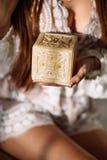 Młoda piękna dama relaksuje z świeczką w studiu na bielu zdjęcie stock
