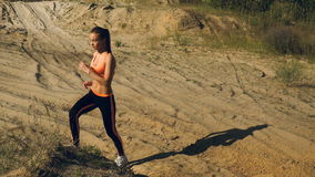 Młoda piękna dama robi sportów exercices zdjęcie wideo
