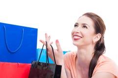 Młoda piękna dama uśmiecha się torbę i trzyma zakupy lub prezenta Obrazy Stock