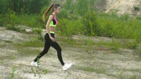 Młoda piękna dama w sporta jednolitym szkoleniu zbiory wideo