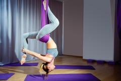 Młoda piękna dziewczyna ćwiczy powietrzny joga w gym Zdjęcia Royalty Free