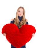 Młoda piękna dziewczyna ściska dużego miękkiego serce Zdjęcie Royalty Free