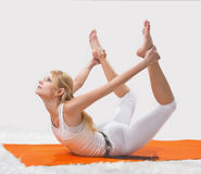 Młoda piękna dziewczyna angażuje w joga Zdjęcie Royalty Free