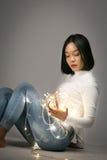 Młoda piękna dziewczyna bawić się z dowodzonym światłem obrazy royalty free