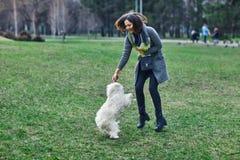 Młoda piękna dziewczyna bawić się z jej psem Obraz Royalty Free