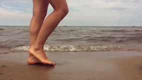 Młoda piękna dziewczyna chodzi wzdłuż piaskowatej plaży zbiory wideo