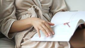 Młoda piękna dziewczyna czyta magazyn zdjęcie wideo