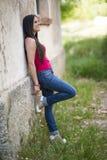 Młoda piękna dziewczyna gapi się przy kamerą Zdjęcie Royalty Free