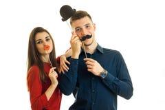 Młoda piękna dziewczyna i faceta chwyt twarzy papieru pobliscy wsparcia w postaci, Obraz Royalty Free
