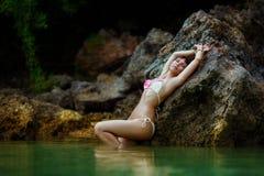 Młoda piękna dziewczyna na plaży tropikalna wyspa Lato v Fotografia Stock