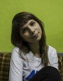 Młoda piękna dziewczyna patrzeje Obrazy Stock