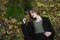 Młoda piękna dziewczyna po środku jesień liści w tle Fotografia Stock