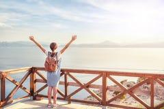 Młoda piękna dziewczyna podróżuje wzdłuż wybrzeża morze śródziemnomorskie obrazy royalty free