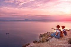 Młoda piękna dziewczyna podróżuje wzdłuż wybrzeża morze śródziemnomorskie zdjęcie stock