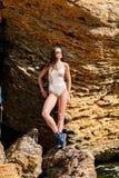 Młoda piękna dziewczyna pozuje na kamerze outdoors zdjęcia royalty free