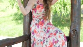 Młoda piękna dziewczyna pozuje w kamerze zbiory