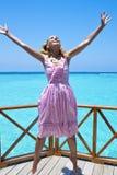 Młoda piękna dziewczyna skacze w różowych sundress na platformie willa na wodzie, Maldives zdjęcia royalty free