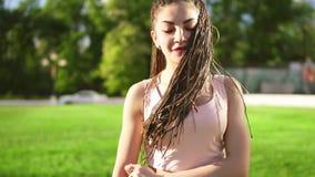 Młoda piękna dziewczyna tanczy w parku z strachami Piękna kobieta słucha muzyka i taniec podczas a w cajgach zbiory wideo