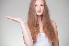 Młoda piękna dziewczyna trzyma wirtualnego produkt Zdjęcie Royalty Free