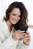 Młoda piękna dziewczyna używa mądrze telefon Obraz Stock