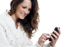 Młoda piękna dziewczyna używa mądrze telefon Obrazy Stock