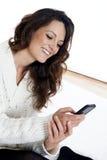 Młoda piękna dziewczyna używa mądrze telefon Fotografia Royalty Free