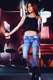 Młoda piękna dziewczyna w bilardowym klubie z wskazówka kija pozować, Fotografia Stock