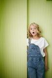 Młoda piękna dziewczyna w cajgów ubraniach zaskakujących Obraz Stock