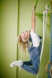 Młoda piękna dziewczyna w cajgu odzieżowym obwieszeniu na barach Zdjęcie Stock