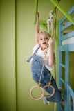 Młoda piękna dziewczyna w cajgu odzieżowym obwieszeniu na barach Zdjęcia Royalty Free