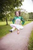Młoda piękna dziewczyna w irlandzki taniec sukni skakać plenerowy obraz stock