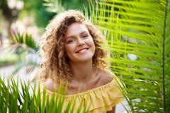 Młoda piękna dziewczyna w koloru żółtego smokingowy pozować w miasto parku Fotografia Stock