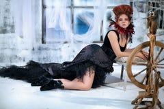 Młoda piękna dziewczyna w postaci złej czarodziejki zdjęcia royalty free