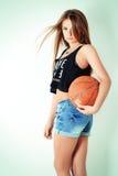 Młoda piękna dziewczyna w skrótach z piłka stojakami w studiu na białym tle obrazy royalty free