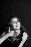 Młoda piękna dziewczyna z długie włosy w studiu Gesta kciuk w górę uśmiechu Zdjęcie Stock