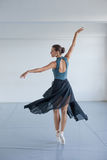 Młoda piękna dziewczyna z garbnikującą skórą tanczy w studiu Baleriny przędzalnictwo w tanu zdjęcie stock