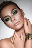 Młoda piękna dziewczyna z pięknym makeup w zielonych kolorach i obrazy royalty free