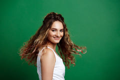 Młoda piękna dziewczyny falowania głowa nad zielonym tłem kosmos kopii zdjęcia royalty free