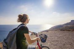Młoda piękna dziewczyny kobieta podróżuje bicyklem na halnej ziemi obraz stock