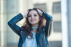 Młoda piękna dziewczyny pozycja na ulicie w przodzie Fotografia Stock