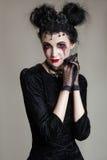 Młoda piękna gothic kobieta z białymi skóry i czerwieni wargami halloween Fotografia Stock