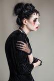 Młoda piękna gothic kobieta z białymi skóry i czerwieni wargami halloween Zdjęcia Stock