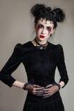 Młoda piękna gothic kobieta z białymi skóry i czerwieni wargami halloween Obraz Stock