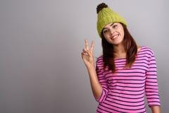 Młoda piękna Indiańska kobieta jest ubranym trykotowego kapelusz przeciw szarym półdupkom Obraz Royalty Free