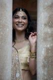 Młoda piękna Indiańska kobiety pozycja w tradycyjnej odzieży między dwa filarem Obrazy Royalty Free