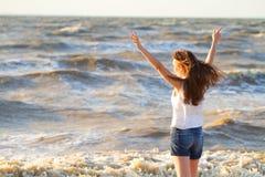 Młoda piękna jasnogłowa kobieta na plezha w świetnym letnim dniu obrazy stock