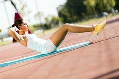 Młoda piękna kobieta ćwiczy outdoors Zdjęcie Royalty Free