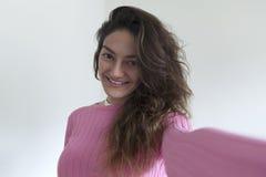 Młoda piękna kobieta bierze jaźń portreta selfie zdjęcie royalty free