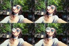 Młoda piękna kobieta bierze jaźń portreta selfie outdoors zdjęcie royalty free
