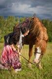 Młoda piękna kobieta chodzi konia Fotografia Royalty Free